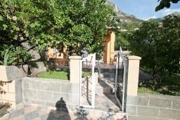 Вход. Черногория, Доброта : Уютный домик с отдельной спальней и с террасой