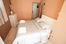 Спальня. Черногория, Муо : Современный апартамент с отдельной спальней, с террасой с видом на море, 20 метров до пляжа