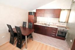 Кухня. Черногория, Муо : Современный апартамент с отдельной спальней, с балконом с видом на море, 20 метров до пляжа