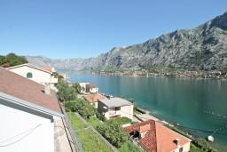 Вид на море. Черногория, Муо : Современный апартамент с отдельной спальней, с балконом с видом на море, 20 метров до пляжа