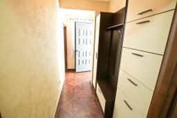 Коридор. Черногория, Муо : Современный апартамент для 5-7 человек, с 2-мя отдельными спальнями, с балконом с видом на море, 20 метров до пляжа