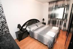 Спальня. Черногория, Муо : Современный апартамент для 5-7 человек, с 2-мя отдельными спальнями, с балконом с видом на море, 20 метров до пляжа