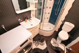 Ванная комната. Черногория, Муо : Современный апартамент для 5-7 человек, с 2-мя отдельными спальнями, с балконом с видом на море, 20 метров до пляжа