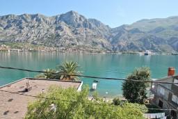 Вид на море. Черногория, Муо : Современный апартамент для 5-7 человек, с 2-мя отдельными спальнями, с балконом с видом на море, 20 метров до пляжа