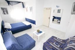 Черногория, Селяново : Апартамент с отдельной спальней, с 2-мя ванными комнатами (ванна и душ), с террасой с видом на море, 20 метров до пляжа