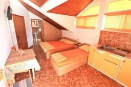 Спальня. Черногория, Селяново : Апартамент для 7-9 человек, с 2-мя отдельными спальнями, с 3-мя ванными комнатами, с террасой с видом на море, 20 метров до пляжа