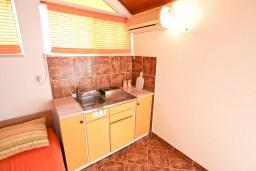 Кухня. Черногория, Селяново : Апартамент для 7-9 человек, с 2-мя отдельными спальнями, с 3-мя ванными комнатами, с террасой с видом на море, 20 метров до пляжа