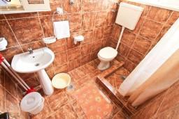 Ванная комната. Черногория, Селяново : Апартамент для 7-9 человек, с 2-мя отдельными спальнями, с 3-мя ванными комнатами, с террасой с видом на море, 20 метров до пляжа