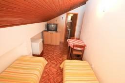 Спальня 2. Черногория, Селяново : Апартамент для 7-9 человек, с 2-мя отдельными спальнями, с 3-мя ванными комнатами, с террасой с видом на море, 20 метров до пляжа