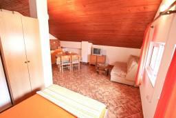 Гостиная. Черногория, Селяново : Апартамент для 7-9 человек, с 2-мя отдельными спальнями, с 3-мя ванными комнатами, с террасой с видом на море, 20 метров до пляжа