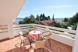 Терраса. Черногория, Селяново : Апартамент для 7-9 человек, с 2-мя отдельными спальнями, с 3-мя ванными комнатами, с террасой с видом на море, 20 метров до пляжа