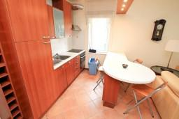 Обеденная зона. Черногория, Герцег-Нови : Апартамент с отдельной спальней, с балконом с видом на море