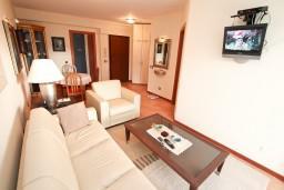 Гостиная. Черногория, Герцег-Нови : Апартамент с отдельной спальней, с балконом с видом на море