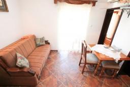Гостиная. Черногория, Муо : Апартамент для 3-4 человек, с 2-мя отдельными спальнями, с 2-мя балконами с шикарным видом на море, 10 метров до пляжа