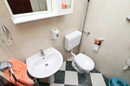 Ванная комната. Черногория, Муо : Апартамент для 3-4 человек, с 2-мя отдельными спальнями, с 2-мя балконами с шикарным видом на море, 10 метров до пляжа