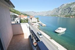 Балкон 2. Черногория, Муо : Апартамент для 3-4 человек, с 2-мя отдельными спальнями, с 2-мя балконами с шикарным видом на море, 10 метров до пляжа