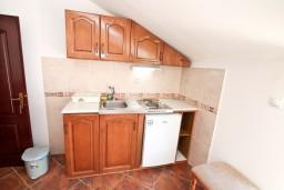 Кухня. Черногория, Муо : Апартамент для 4-5 человек, с 2-мя отдельными спальнями, с балконам с шикарным видом на море, 10 метров до пляжа