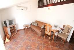 Гостиная. Черногория, Муо : Апартамент для 4-5 человек, с 2-мя отдельными спальнями, с балконам с шикарным видом на море, 10 метров до пляжа