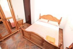 Спальня 2. Черногория, Муо : Апартамент для 4-5 человек, с 2-мя отдельными спальнями, с балконам с шикарным видом на море, 10 метров до пляжа