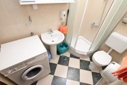Ванная комната. Черногория, Муо : Апартамент для 4-5 человек, с 2-мя отдельными спальнями, с балконам с шикарным видом на море, 10 метров до пляжа