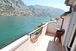 Балкон. Черногория, Муо : Апартамент для 4-5 человек, с 2-мя отдельными спальнями, с балконам с шикарным видом на море, 10 метров до пляжа