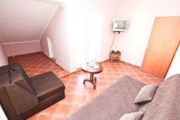 Гостиная. Черногория, Муо : Апартамент с отдельной спальней, с 2-мя ванными комнатами, с большой террасой с шикарным видом на море, 10 метров до пляжа