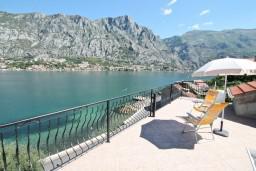 Вид на море. Черногория, Муо : Апартамент с отдельной спальней, с 2-мя ванными комнатами, с большой террасой с шикарным видом на море, 10 метров до пляжа