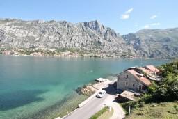 Вид. Черногория, Муо : Апартамент с отдельной спальней, с 2-мя ванными комнатами, с большой террасой с шикарным видом на море, 10 метров до пляжа
