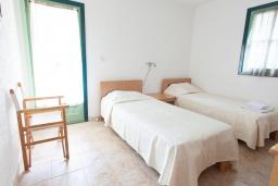 Спальня 2. Черногория, Костаньица : Современный апартамент для 4-6 человек, с 2-мя отдельными спальнями, с большой гостиной, с 2-мя ванными комнатами, с большой террасой с шикарным видом на море, 10 метров до пляжа