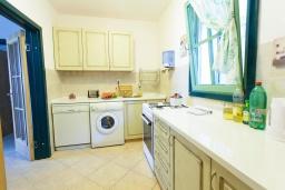Кухня. Черногория, Костаньица : Современный апартамент для 4-6 человек, с 2-мя отдельными спальнями, с большой гостиной, с 2-мя ванными комнатами, с большой террасой с шикарным видом на море, 10 метров до пляжа