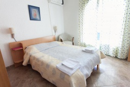 Спальня. Черногория, Костаньица : Современный апартамент для 4-6 человек, с 2-мя отдельными спальнями, с большой гостиной, с 2-мя ванными комнатами, с большой террасой с шикарным видом на море, 10 метров до пляжа