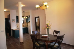Обеденная зона. Черногория, Костаньица : Апартамент для 6 человек с тремя спальнями и балконом с шикарным видом на море, 10 метров до пляжа