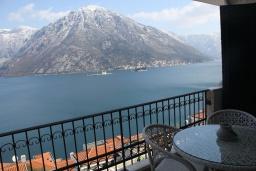 Балкон. Черногория, Костаньица : Апартамент для 6 человек с тремя спальнями и балконом с шикарным видом на море, 10 метров до пляжа
