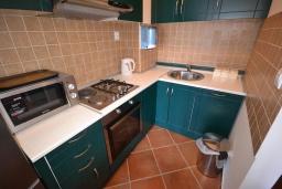 Кухня. Черногория, Костаньица : Современный апартамент с двумя отдельными спальнями, с балконом с шикарным видом на море, 10 метров до пляжа