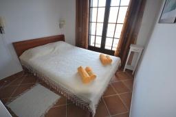 Спальня. Черногория, Костаньица : Современный апартамент с двумя отдельными спальнями, с балконом с шикарным видом на море, 10 метров до пляжа