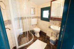 Ванная комната. Черногория, Костаньица : Современный апартамент для 3 человек, с 2-мя отдельными спальнями, с балконом с шикарным видом на море, 10 метров до пляжа