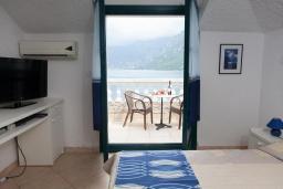 Спальня. Черногория, Костаньица : Современный апартамент для 3 человек, с 2-мя отдельными спальнями, с балконом с шикарным видом на море, 10 метров до пляжа