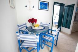 Обеденная зона. Черногория, Костаньица : Современный апартамент для 3 человек, с 2-мя отдельными спальнями, с балконом с шикарным видом на море, 10 метров до пляжа