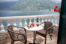 Балкон. Черногория, Костаньица : Современный апартамент для 3 человек, с 2-мя отдельными спальнями, с балконом с шикарным видом на море, 10 метров до пляжа