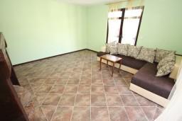 Гостиная. Черногория, Бечичи : Большой 4-х этажный дом в Бечичи (Борети), площадью 450м2 с 5-ю отдельными спальнями, с большой гостиной-столовой, с 2-мя ванными комнатами, с 5-ю балконами с видом на море