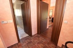 Коридор. Черногория, Бечичи : Большой 4-х этажный дом в Бечичи (Борети), площадью 450м2 с 5-ю отдельными спальнями, с большой гостиной-столовой, с 2-мя ванными комнатами, с 5-ю балконами с видом на море