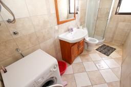 Ванная комната. Черногория, Бечичи : Большой 4-х этажный дом в Бечичи (Борети), площадью 450м2 с 5-ю отдельными спальнями, с большой гостиной-столовой, с 2-мя ванными комнатами, с 5-ю балконами с видом на море