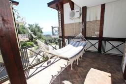 Терраса. Черногория, Бечичи : Большой 4-х этажный дом в Бечичи (Борети), площадью 450м2 с 5-ю отдельными спальнями, с большой гостиной-столовой, с 2-мя ванными комнатами, с 5-ю балконами с видом на море