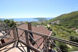 Вид на море. Черногория, Бечичи : Большой 4-х этажный дом в Бечичи (Борети), площадью 450м2 с 5-ю отдельными спальнями, с большой гостиной-столовой, с 2-мя ванными комнатами, с 5-ю балконами с видом на море