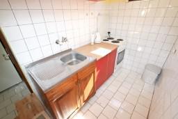 Кухня. Черногория, Добра Вода : Дом в Добра Вода с 2-мя отдельными спальнями, с террасой, с большим зеленым двором, с местом для барбекю, парковка для 3-х машин, Wi-Fi