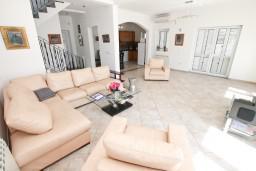 Гостиная. Черногория, Ораховац : Большой дом в Ораховац, площадью 245м2 с большой гостиной, с 4-мя отдельными спальнями, с 4-мя ванными комнатами, с террасой и 2-мя балконами с видом на море, с местом для барбекю, Wi-Fi, 10 метров до пляжа