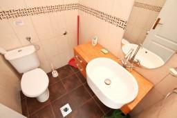 Туалет. Черногория, Ораховац : Большой дом в Ораховац, площадью 245м2 с большой гостиной, с 4-мя отдельными спальнями, с 4-мя ванными комнатами, с террасой и 2-мя балконами с видом на море, с местом для барбекю, Wi-Fi, 10 метров до пляжа