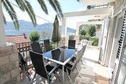 Терраса. Черногория, Ораховац : Большой дом в Ораховац, площадью 245м2 с большой гостиной, с 4-мя отдельными спальнями, с 4-мя ванными комнатами, с террасой и 2-мя балконами с видом на море, с местом для барбекю, Wi-Fi, 10 метров до пляжа