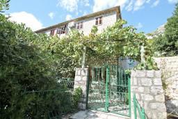 Фасад дома. Черногория, Пераст : Прекрасный каменный дом в Перасте с 3-мя отдельными спальнями, с большой гостиной, с 2-мя ванными комнатами, с большой террасой, с местом для барбекю, Wi-Fi, 20 метров до моря