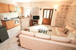 Гостиная. Черногория, Пераст : Прекрасный каменный дом в Перасте с 3-мя отдельными спальнями, с большой гостиной, с 2-мя ванными комнатами, с большой террасой, с местом для барбекю, Wi-Fi, 20 метров до моря